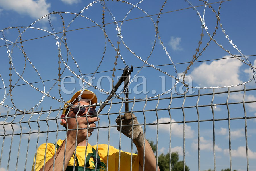 Installation of Egoza barbed wire