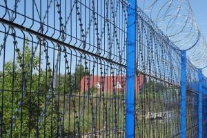 Участок забор с колючей сеткой Егоза