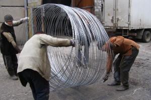 Разгрузка спирального барьера Егоза Супер с автомобиля