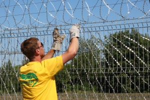 Mounting of Egoza razor mesh on a fence